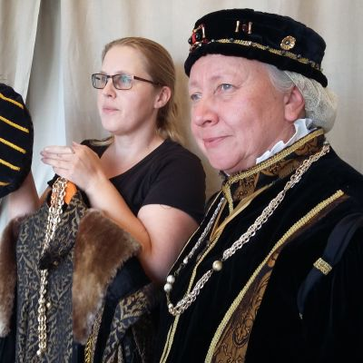 Anne Ingman och Anita Sandholm har skapat medeltida kläder för tidsresor som ordnas i Ekenäs