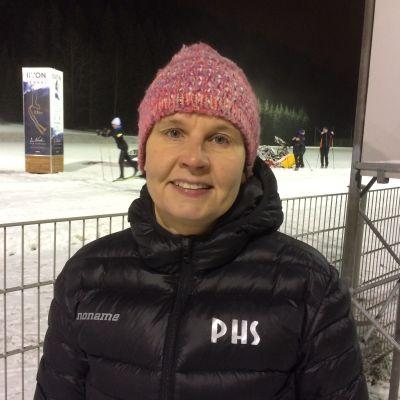 PHS:n hiihto- ja mäkijaoston puheenjohtaja  Kati Happonen Puijon hiihtostadionilla