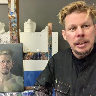 Taiteilija Jouko Alapartanen ateljeessaan Rovaniemellä marraskuussa 2018.