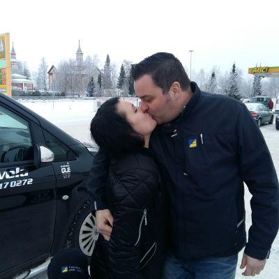 Karoliina ja Jani Tervola suutelevat toisiaan Kannuksen ABC:llä.
