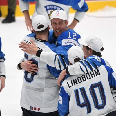 Marko Anttila juhlii maailmanmestaruutta joukkuekavereidensa kanssa.
