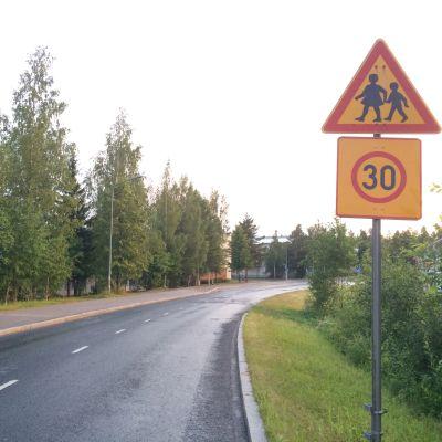Nopeusrajoitusmerkki Pirtin koulun tuntumassa Kuopiossa.
