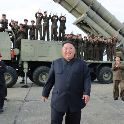 Pohjois-Korean johtaja Kim Jong-un valvoi uuden raskaan raketinheitinjärjestelmän testaamista tuntemattomassa paikassa Pohjois-Koreassa lauantaina.