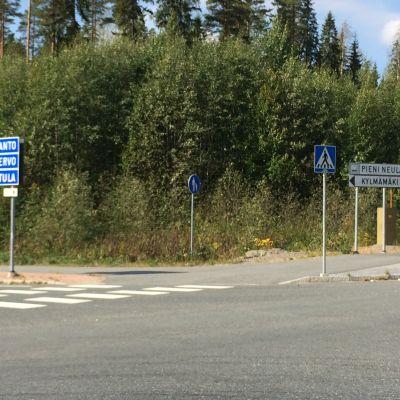Risteys, josta pääsee Pienen Neulamäen yritysalueelle.