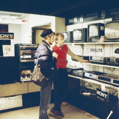 Helsingin Stockmannin tavaratalon viihde-elektroniikan osasto vuonna 1982.