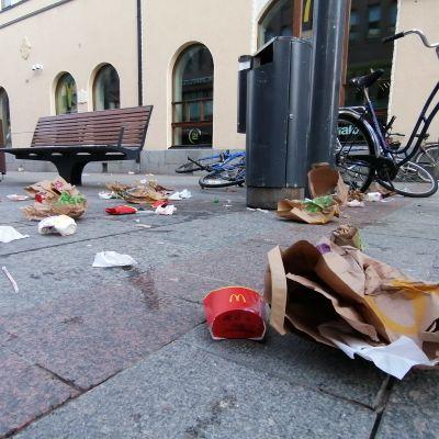 Pikaruoasta syntynyttä roskaa Oulun Rotuaarilla.