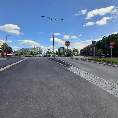 Jaksonkatu on uusi ajoväylä Lahden rautatieasemalla, joka helpottaa aseman pysäköintiruuhkia.