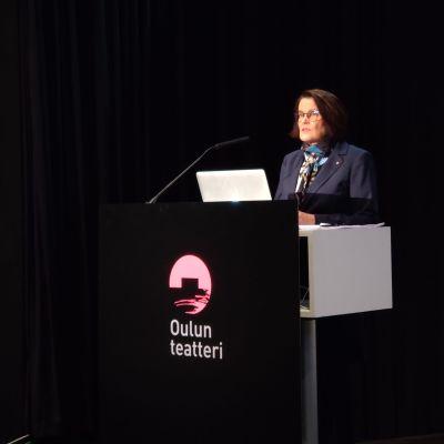 Oulun kaupunginjohtaja Päivi Laajala talousarvion julkistamistilaisuudessa syyskuussa 2020.