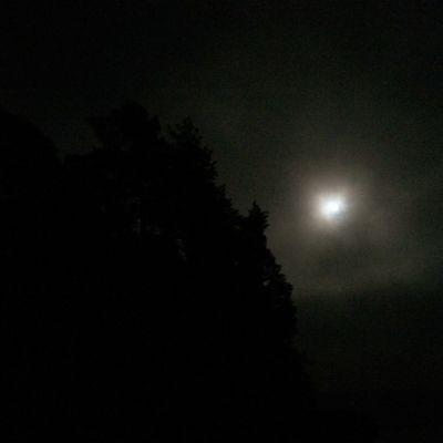 månen en mörk kväll