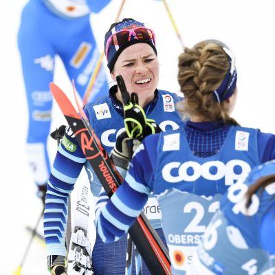 Krista Pärmäkoski tuskaisen näköisenä MM-yhdistelmäkisan maalissa Oberstdorfissa.