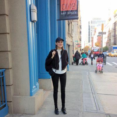 Matilda Enegren utanför galleriet i New York.