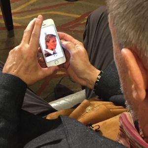 Eddy Van Calster ser på en bild av sin fru som dog i attacken för ett år sedan.