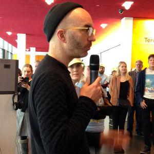 Oi maamme! -näyttely Kiasmassa, avajaiset 28.2.2017. Timo Wright ja Tehonrakentajat-ryhmä.
