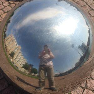 Selfie via konstverket Olo n:o 22 av Pasi Karjula och Marko Vuokola (Sandviken i Helsingfors)