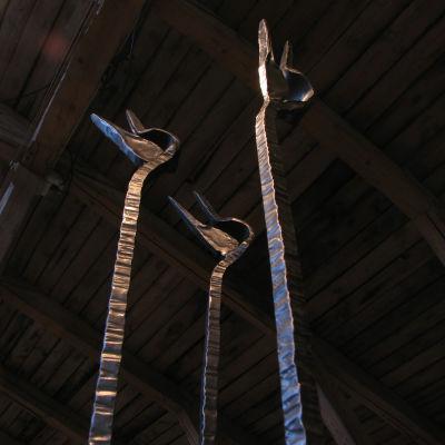 Verket Himlabärarna av Juhani Krappe på smidesutställningen Mitt Kalevala i Fiskars bruk 2015.