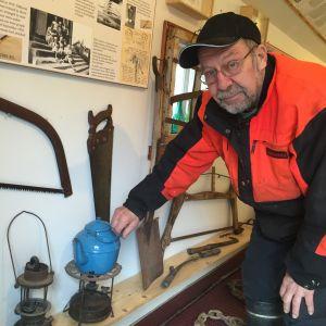 Karl-Göran Karlsson visar upp en blå kaffekanna.