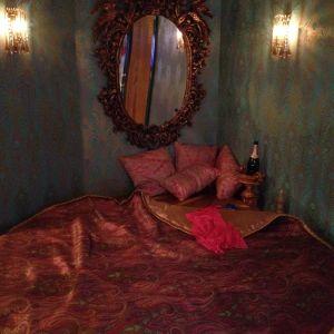 Större säng och lyxigare lakan ingår i priset för ett lyxrum