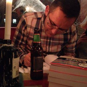 Sebastian Nyberg signerar sin bok Basses bästa