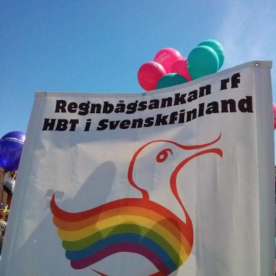 Regnbågsankans banderoll under Helsinki Pride 2014