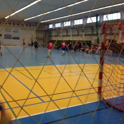 Skolhandboll i bollhallen i Karis.