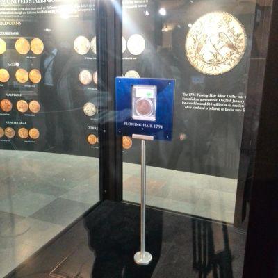 En amerikansk silverdollar i vitrin.