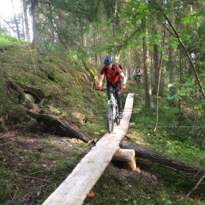 Terrängcyklister testar den nya banan i Fiskars.