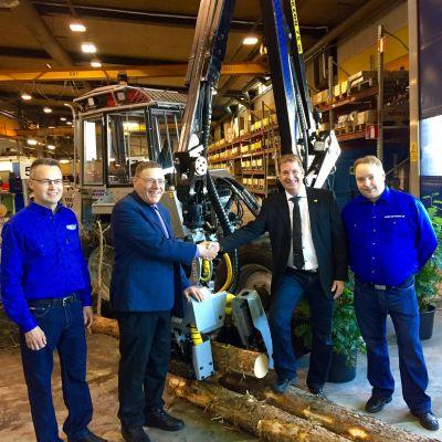 Försäljningschef Jari Hakala, verkställande direktör Lauri Ketonen, verkställande direktör Fredrik Lundberg från Vimek AB och försäljningschef Juha Ketonen.