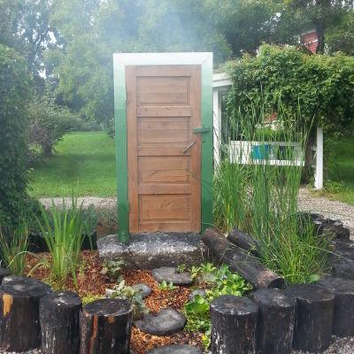 en port och dörr i trädgården