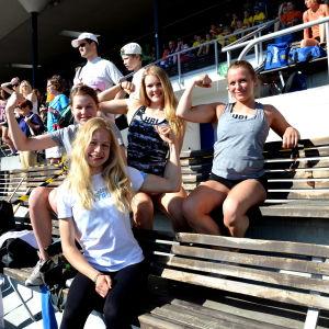 Saga Andersson, Ellen Sallankivi, Sofie Lindström och Carolina Lillhannus från Helsinge skola i Vanda är uppspelta och spända inför finalen.