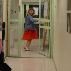 Anna-Karin Siegfrids i röd klänning och blå skjorta.