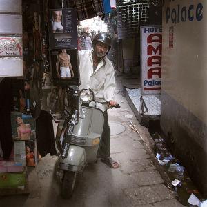 Intialainen mies ja skootteri