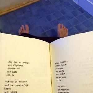 Läser Bosse Hellstens Eldorado på toalett