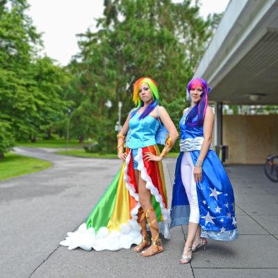 Noora (t.v.) och Nita Koskinen dök upp färdigt klädda för Crystal Fair.