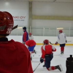 Ishockeylaget Viikingits juniorer tränar i Norsdjö.
