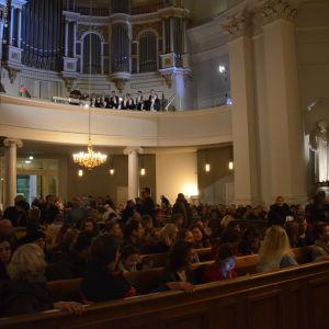 Förväntansfull publik i domkyrkan.
