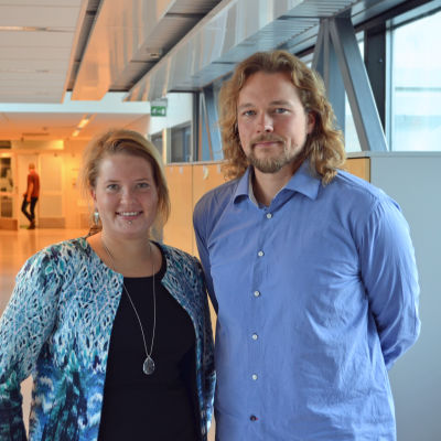 Maria Vuorelma (de gröna) bredvid generalplanerare Alpo Tani från Helsingfors stadsplaneringskontoret