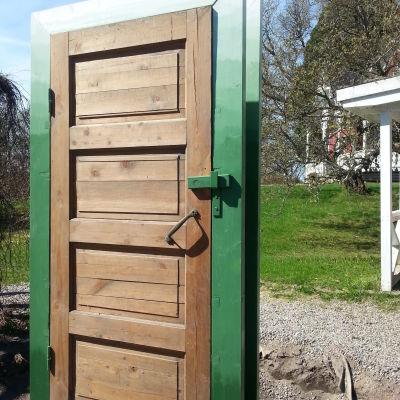 En port och en dörr i trädgården