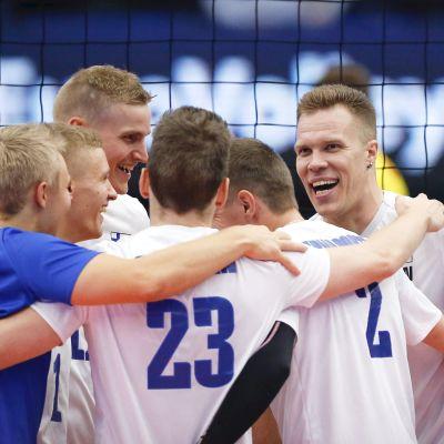 Suomen lentopallomiehet juhlivat kuvassa