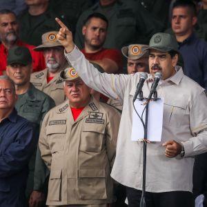 Maduro håller tal och pekar upp i luften med sitt finger.