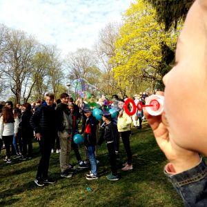 Ett barn blåser såpbubblor på valborgsmässoafton.