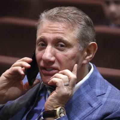 Boris Rotenberg talar i telefon.