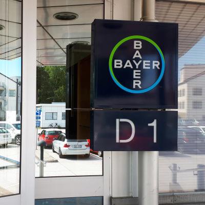 Bayerin lääketehtaan ovi Turussa.
