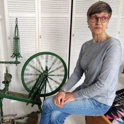 Konstnär Mia Damberg har skaffat en spinnrock.