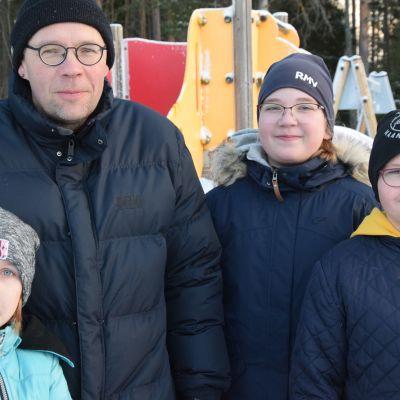 Oona, Emmi, Annu ja Mika Törne Rymättylästä.