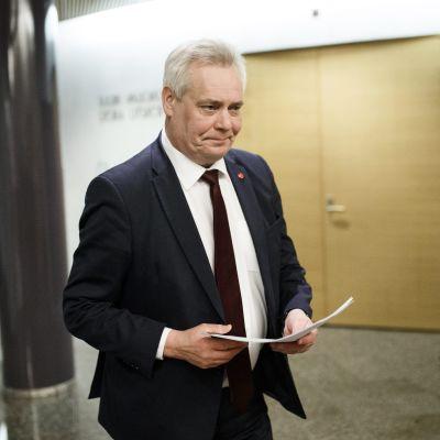 SDP:n puheenjohtaja, kansanedustaja Antti Rinne saapumassa eduskunnan ulkoasiainvaliokunnan kokoukseen