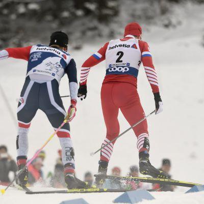 Johannes Hösflot Kläbo (vas.) ja Sergei Ustjugov Oberstdorfin takaa-ajokilpailussa.