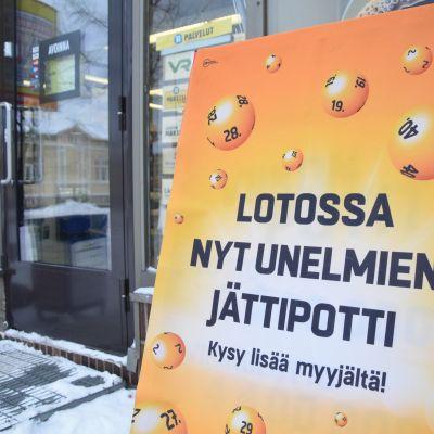 Lotto-mainos kadulla.