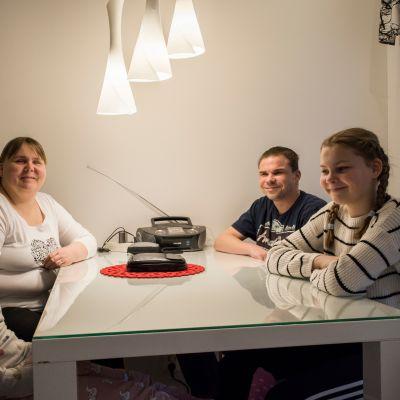 Räsästen perhe keittiön pöydän ääressä