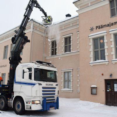 Miehiä töissä Päämajamuseon katolla.