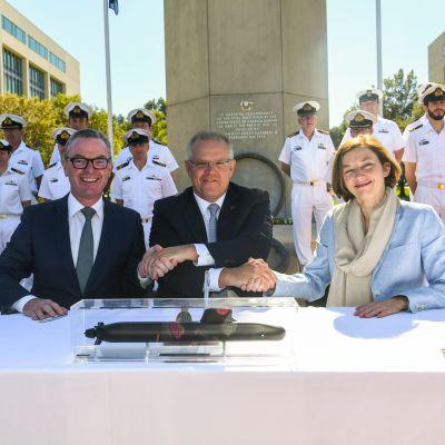 Australian puolustusministeri Christopher Pyne, pääministeri Scott Morrison ja Ranskan puolustusministeri Florence Parly kättelivät maanantaina Australian pääkaupungissa Canberrassa.